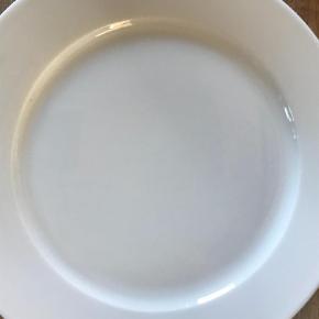 Varetype: Tallerken Størrelse: ca 26cm i diameter (model 054)  Farve: Hvid  3 stk Pillivuyt Sancerre tallerkner i hvid - aldrig brugt. Sælges samlet!