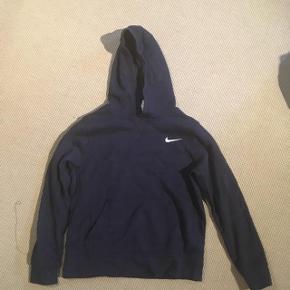 Sælger denne lækre hoodie/hættetrøje fra Nike til børn i størrelse 137-147 cm (10-12 år). Byd gerne og skriv endelig, hvis spørgsmål måtte haves :)