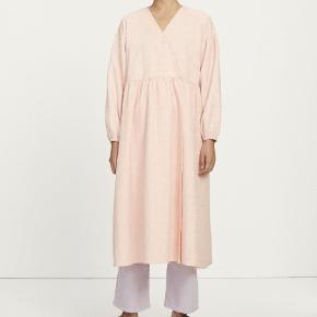 Smukkeste kjole, som er meget onesized. Den ene knap sidder lidt løs, men kan nemt laves.. Byd gerne 🌺