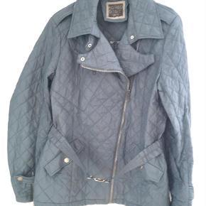 Brand: Romeo Gigli Varetype: jakke Størrelse: ONE SIZE Farve: Dueblå  Quiltet Romeo Gigli Sportif jakke, jakken er uforet brugt få gange.  Str. XXXL  Betaling via MobilePay foretrækkes.  Ny pris, oprindelig pris er reduceret med 20%