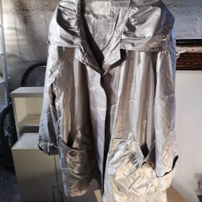 Loft jakke med fine detaljer sælges str 52 meget forgandlingsvillig vedr pris