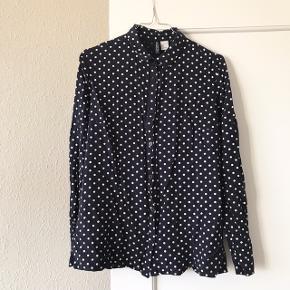 Rigtig pæn skjorte fra H&M i str. 38 ✌🏼 mørkeblå med hvide prikker. Har almindeligt fit, og er i pæn stand, brugt ca. 15 gange 🌷  Bemærk - afhentes ved Harald Jensens plads eller sendes med dao. Bytter ikke 🌸  ⭐️ Skjorte overdel blå hvid mørkeblå prik prikker mønster
