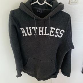 """Der står """"Ruthless"""" på forsiden - kæmpe steal her"""