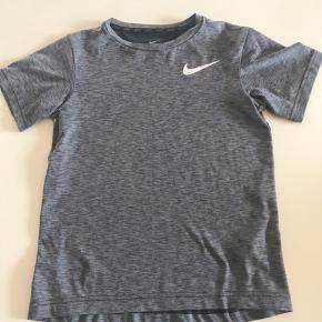 Grå Nike t shirt str 128/134, meget stand, sælges 30 kr.