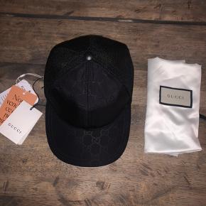 Ny og ubrugt gucci cap sælges, fordi den er for lille. Den er købt over Vestiaire Collective og derfor authenticated. Tagget fra Vestiaire og gucci sidder stadig på. Dustbag medfølger.  Størrelse 59 cm