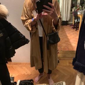 Super fin oversize frakke i karry  Den er Sååå men jeg synes den fortjener mere opmærksomhed end den har fået   Denne model har ikke bindebånd  Den skal bare være åben