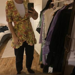 Fineste wrap kjole fra Zara med blomster detaljer