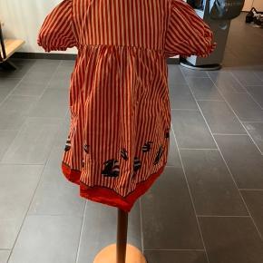 Flot rød/hvid stribet kjole med sejlskibe str 5 år. 100% bomuld.  Pæn stand.  Køber betaler Porto.