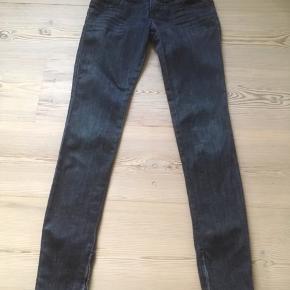 Mærke: Miss Sixty Style: J Lot Størrelse: 25 Farce: Blå Materiale: 98% cotton, 2% elastan Stand: næsten som ny Bukserne: lynlås nederst på benet  Sælges kr 99