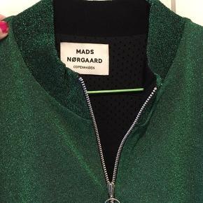 Glitter Glam Jeanette fra Mads Nørgaard. Cardien er med ribkanter, for og to lommer og kan fint bruges som en let jakke eller til indendørs brug. Nypris 1200. Aldrig brugt. Bytter ikke.