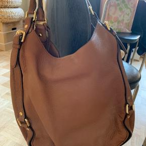 Klassisk brun Michael Kors skulder taske. 3 store rum plus 5 små side lommer. Brugt max 5 gange