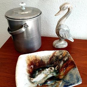 Keramik fad, fugle skulptur og bøtte med låg. Bøtten er 20 cm høj og koster 150,- Den er kun til afhentning på Nørrebro. Fuglen af agat er 19 cm høj. Koster 175,- Keramik fadet af Jeppe Hagedorn Olesen måler 19,5 x 15,5 cm SOLGT  #retro #skulptur #fugl #lågkrukke #fad #keramik #kunsthåndværk