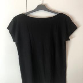 Basic sort t-shirt i størrelse Small. Den er i mærket Only, og den er brugt en del, dog ser den slet ikke slidt ud. Halshullet er ret stort, og blusen sidder løst.