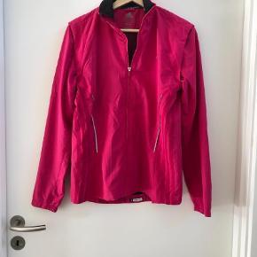 Varetype: Løbejakke Størrelse: 40 Farve: Pink Prisen angivet er inklusiv forsendelse.