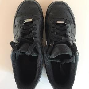 Sorte Nike Air force 1, har selv tegnet de hvide detaljer.   🛍 Sender med DAO 🛍 Køber betaler fragt 🛍 Kommer fra et IKKE ryger hjem 🛍 Tages ikke retur