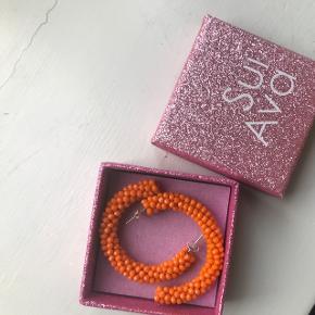 Sui Ava øreringe i den flotteste orange farve🧡  Nypris var vidst 300kr hvis jeg husker rigtigt. Byd!🌟🙂