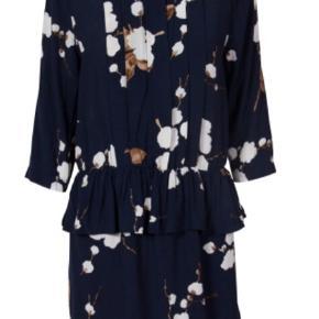 Skøn kjole fra Ganni str M. Har lidt fnuller på indersiden af underkjolen. Ellers i rigtig pæn stand.