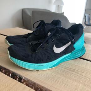 Jeg sælger disse flotte Nike Lunarglide 6, løbesko, da jeg desværre ikke kan passe dem. Jeg har købt dem sidste år i Sportsmaster til 1100,-  De sælges forhandles forsat, men er udsolgt i sportsmaster både i butikker og online. Det er en løbesko der er med til at stabilisere samt giver sublim støtte. Særligt blev jeg anbefalet dem, da jeg har en tidligere knæskade..  De er brugt max 5 gange, og er storset som nye. Sælges mega billigt BYD  Mp 300,- Ved flere interesserede laves budrunde.  Obs til salg flere steder💫