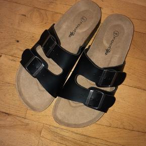 Sorte sandaler med justerbare remme i str. 40/41. Er aldrig brugt, kun prøvet på. 🌸