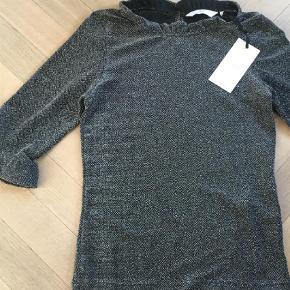 Varetype: Bluse Farve: Sort Oprindelig købspris: 300 kr.  Ny bluse str S.  Fejlkøb, så derfor sælges den.  Sort med sølvglimmer.  Stadig med mærke på.