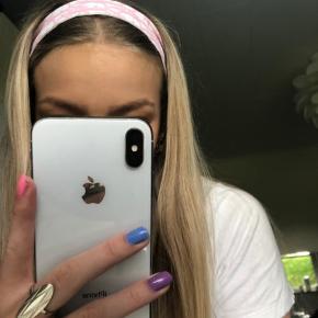 Super fint hårbånd, som jeg selv syer. —> kan laves i blå og lyserød  Se kommentaren for mere info og tjek gerne min profil for flere designs🤩