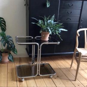 Sidebord/barbord/sofabord sælges. Krom og røget glas med hjul. Måler 55 cm i højden, længde 64 og bredde 43 inkl kanter. Hentes i Århus c.