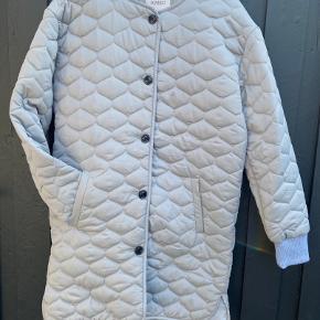 Vatteret jakke fra Soaked in Luxury. Da deto er en kollektionsprøve, har den aldrig været brugt.