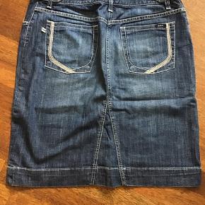 Fed cowboy nederdel i god stand Længde 56 cm Omkreds 90 cm i linning  88% bomuld 12% elastan