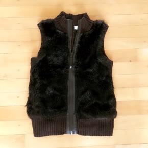 H&M sort strikvest med imiteret pels foran og strik bagpå. Str 146-152 cm
