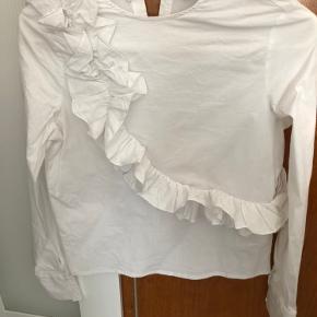 Skjorte med flæser fra Gina Tricot. Brugt 2 gange. Fejler intet.