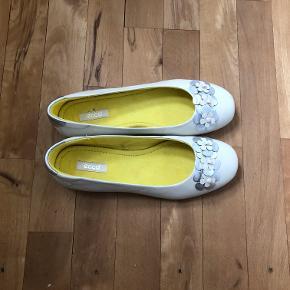 882e705fc06 Str. 36. Et par helt nye hvide ballerinaer med sølv blomster og gult foer.  Aldrig brugt.