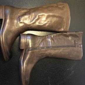 Et par lang skaftet støvler i lækkert læder. Fuld læder foret, læder sål med gummi indsats.