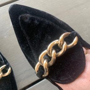 Mega flotte sko fra Billi bi i sort velour med guld spænde.. Sidder mega flot på foden.. De er ikke beskidt eller med fejl, det er bare billederne der snyder..