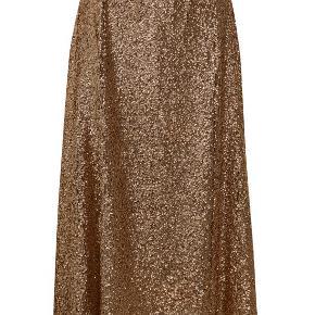 Den smukkeste nederdel fra Gestuz, med lækkert snit og helt funklende i solen. OBS. Jeg bytter meget gerne, hvis nogen ligger inde med en størrelse small.  Ellers sælges kun, hvis det rigtigt bud kommer :) <3