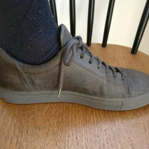 Open ceremony Edgar sneakers lavet i læder se evt. Sidste billede for mere info. Farven er en mørke grøn nuance og standen er rigtig fin da sko er brugt få gange. Passer en 43/44 Nypris Ca. 1400 Mp 500