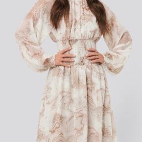 Smocked waist midi dress/Kjole fra Na-kd. Brugt en enkelt gang. Fejler intet. Str. 34