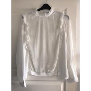 Bluse i 2 lag stof. Brystvidde: 60 cm. X 2. Længde: 66 cm. 100% polyester.m