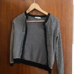Kort cardigan/trøje med knapper fra Zara.