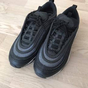 Jeg sælger disse sko, da jeg desværre ikke kan passe dem. De er købt i USA sidste år, så har desværre ikke kassen eller kvitteringen. Tjek gerne mine andre annoncer ☺️