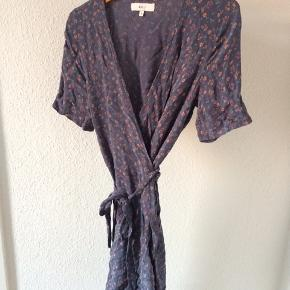 Blå/grå blomstret slå-om kjole fra Boii Studio i str S