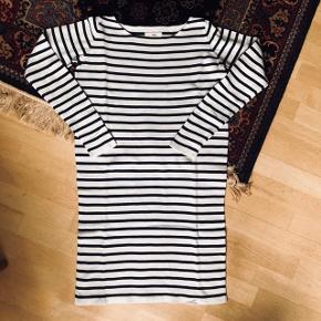 Envii kjole med sorte og hvide striber. Kjolen er en XS, men jeg er en small og passer den fint.