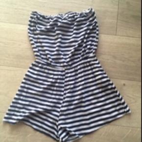 Sød mørkeblå og hvid stribet buksedragt fra H&M med shorts. Uden ærmer. Str. 40. Passer en M.