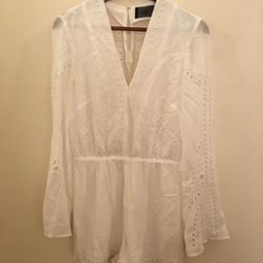 Smuk hvid buksedragt. Den kan også bruges med et bælte men har også brugt den uden. Vidde i ærmerne med så fint mønster. Er ideel til konfirmation eller student 👗