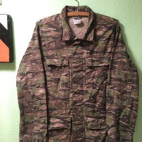 Super fed Camo-jakke fra Carhartt med 4 lommer foran.   Unisex.