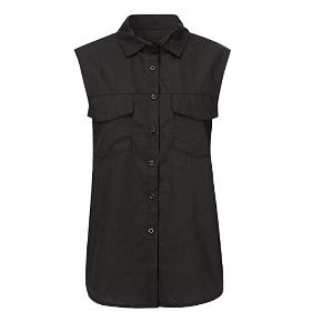 This is a black button up blouse that is sleeveless. There are 2 pockets in the front of the blouse. This black button up blouse is made of cotton and chiffon. Size 40/XL    The measurements for this shirt is 71 cm in length and 108 cm in bust.  visit debstilbud.dk