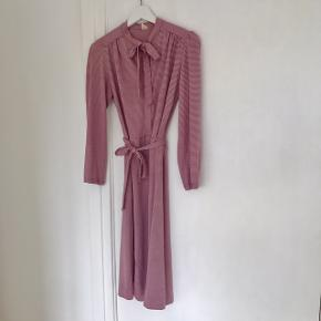 Vintage kjole. Fin stand  Kan bindes i livet  Pris: 150 pp. (Kan afhentes i Vanløse eller sendes på købers regning)