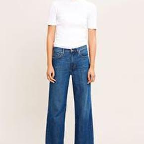 Super fine bukser fra Samsøe Samsøe. Modellen hedder Riley Jeans tape og fittet er Straight leg.  Tapet er lavet noget som ligner strikket stof er en super fin detalje.  Billede nr. 2 er af Riley Jeansene uden tape, da jeg ikke kunne finde et billede forfra af den rigtige model. Sælges, da de er en smule for lange til mig, og da de ikke sidder helt som de skal.