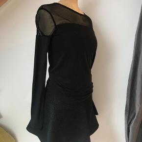 Super skøn lille efterårs nederdel. Lynlås i siden.  Overdele til salg på andre annoncer. 100 kr. pr. del.