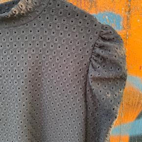 Sort bluse med pufærmer fra Vero Moda i str. S 🤩  Næsten som ny.  Materiale: polyester   #trendsalesfund #pufærmer