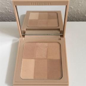 Nude Finishing Illuminating powder I farven Nude. Den er brugt meget 3-4 gange.